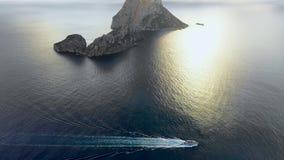 Una vista panorámica de la isla Isla de es Vedra y lancha de carreras móvil Ibiza y las islas de Balear almacen de video