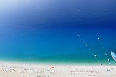 Una vista panorámica de la playa mediterránea Imagen de archivo libre de regalías