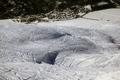 Una vista panorámica de una pequeña ciudad de un piste del esquí Fotografía de archivo