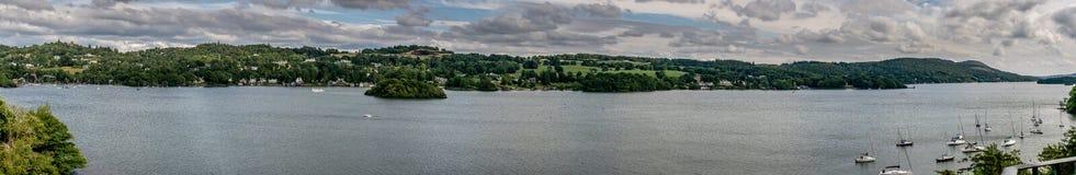 Una vista panorámica de un lago con un pueblo foto de archivo