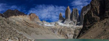 Una vista panoramica da Mirador Torres Del Paine delle torri all'estremità della passeggiata di W nel parco nazionale di Torres d Fotografie Stock Libere da Diritti