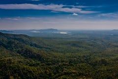 Una vista panoramica dei dintorni dalla collina del piedistallo di Taung Kalat vicino a Bagan, Myanmar fotografie stock libere da diritti