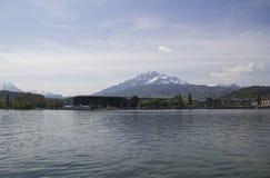 Una vista panoramica delle alpi svizzere innevate dalla vecchia parte di Lucerna, di cui è situato nel centro Fotografie Stock