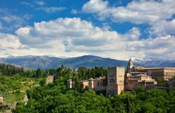 Una vista panoramica di Alhambra, di un palazzo medievale e del complesso della fortezza a Granada, Andalusia, Spagna Fotografia Stock Libera da Diritti