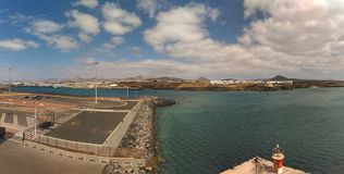 Una vista panoramica di Lanzarote da una nave da crociera fotografia stock
