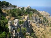Una vista panoramica di tre fortezze antiche della città di Erice, Sicilia, Italia Fotografia Stock