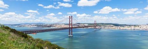 Una vista panoramica di un ponte di 25 de Abril (aprile) a Lisbona - Portuga Fotografie Stock