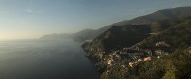 Una vista panoramica sopra Riomaggiore, Cinque Terre, Italia Fotografia Stock Libera da Diritti