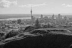 Una vista panoramical de la ciudad de Auckland, según lo visto de Maungawhau o del soporte Eden, en la parte inferior de la foto  imagen de archivo