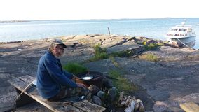 Una vista pensiamo abbastanza comune nell'estate, in piccole isole in Finlandia Immagine Stock