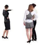 Una vista posteriore di indicare della donna di affari dei tre giovani Fotografia Stock Libera da Diritti