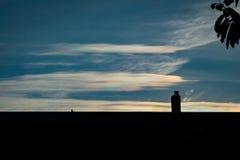 Una vista rara: nubes iridiscentes Este fenómeno de la difracción producir colores muy vivos del arco iris foto de archivo libre de regalías