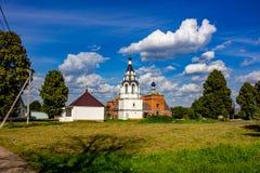 Una vista rural hermosa del pueblo y de la iglesia rusos de Ilyinsky en el pueblo de Ilinskoe fotografía de archivo libre de regalías