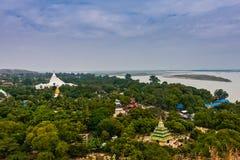 Una vista scenica della pagoda di Hsinbyume e del fiume di Irrawaddy dal Mingun Stupa, Mandalay, Myanmar fotografia stock