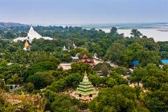Una vista scenica della pagoda di Hsinbyume e del fiume di Irrawaddy dal Mingun Stupa, Mandalay, Myanmar immagine stock libera da diritti