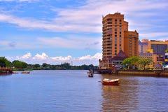 Una vista scenica di Kuching, fiume di Sarawak fotografia stock