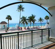 Una vista scenica di un giorno tipico alla spiaggia Immagine Stock Libera da Diritti