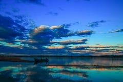 Una vista strabiliante della barca del pesce alla caduta di notte Immagine Stock