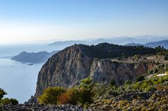 Una vista stupefacente della costa della Turchia, nella priorità alta è una roccia molto bella al tramonto, Fotografie Stock