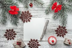 Una vista superior de una Navidad, letra del Año Nuevo, escritura de la tarjeta, en un fondo rústico, con el lápiz del viejo esti Imagen de archivo