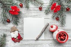 Una vista superior de una Navidad, letra del Año Nuevo, escritura de la tarjeta, en un fondo rústico, con el lápiz del viejo esti Fotos de archivo libres de regalías