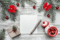 Una vista superior de una Navidad, letra del Año Nuevo, escritura de la tarjeta, en un fondo rústico, con el lápiz del viejo esti Foto de archivo libre de regalías