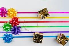 Una vista superior del papier cadeau multicolor arquea con las cintas a juego imagen de archivo