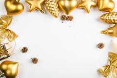 Una vista superiore degli ornamenti dorati di Natale posizionati su fondo bianco immagine stock libera da diritti