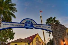Una vista superiore del festival e di Sky Tower dei frutti di mare sette al parco a tema di Seaworld fotografia stock libera da diritti