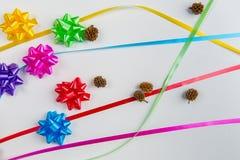 Una vista superiore dell'arco multicolore dell'involucro di regalo con i nastri di corrispondenza fotografia stock libera da diritti