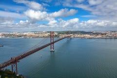 Una vista superiore di 25 de Abril Bridge Immagini Stock