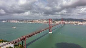 Una vista superiore di 25 de Abril Bridge e del distretto di Belem nel timelapse di Lisbona video d archivio