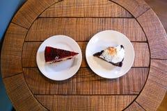 Una vista superiore di due pezzi di torta differenti sui piatti che stanno sopra Fotografie Stock Libere da Diritti