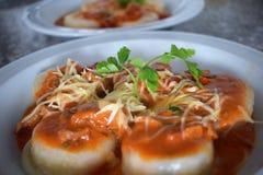Una vista superiore di due piatti dei sorrentinos - pasta farcita - con salsa, parmigiano e decorato con le foglie di alcuni pars immagine stock