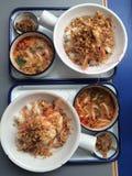Una vista superiore di 2 insiemi del pranzo del gamberetto del pepe dell'aglio della frittura di scalpore con la minestra di Tomy Fotografie Stock