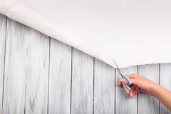 Una vista superiore di una mano umana e una tela bianca su un fondo di legno Fotografie Stock