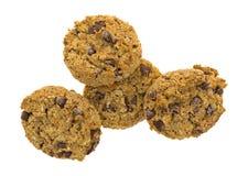 Una vista superiore di quattro biscotti di pepita di cioccolato della farina d'avena Fotografia Stock