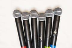 Una vista superiore di sei microfoni professionali senza fili neri Immagini Stock Libere da Diritti
