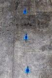 Una vista superiore di tre coni blu di traffico sulla strada asfaltata per traffico Fotografia Stock Libera da Diritti