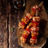 Una vista superiore di tre kebab del pesce sulla Tabella con olio Fotografie Stock Libere da Diritti