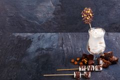 Una vista superiore sui prodotti del cioccolato e sul cocktail saporiti del latte su un fondo di marmo grigio Concetto dell'alime fotografie stock libere da diritti