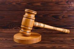 Una vista superiore sul martello di legno del giudice sui precedenti di legno fotografie stock