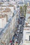 Una vista típica a los tejados y a los edificios de París, tomados de t fotografía de archivo