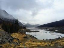 Una vista tempestosa del lago medicine in Jasper National Park, Alberta, fotografia stock