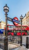 Una vista tipica intorno a Piccadilly Circus fotografie stock