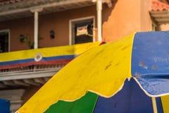 Una vista tipica nella vecchia città a Cartagine Colombia immagini stock