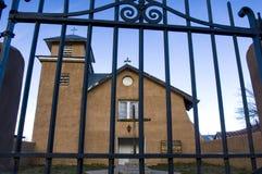 Una vista tramite un portone del metallo di vecchia missione di Truchas del rosario santo fotografia stock libera da diritti