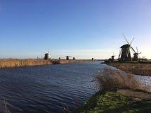 Una vista verso i vecchi mulini a vento dal Kinderdijk vicino a Rotterdam, Paesi Bassi fotografia stock