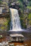 Una vista vicina della forza di Thornton, una cascata vicino a Ingleton nelle vallate di Yorkshire fotografie stock