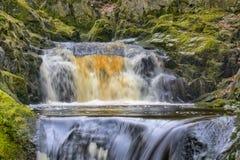 Una vista vicina delle cadute di Pecca, una cascata vicino a Ingleton nelle vallate di Yorkshire fotografie stock
